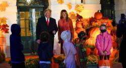 Trump e Melania participam de Halloween na Casa Branca